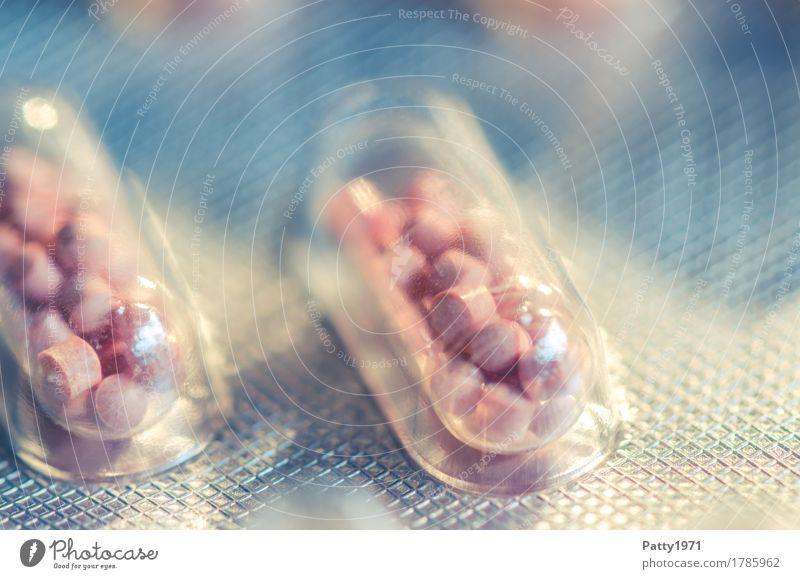 Kapsel in Blisterpackung Gesundheit Medikament Gesundheitswesen Pharmazie Verpackung Tablette rund Wärme rosa silber Schmerz Drogensucht Farbfoto Nahaufnahme