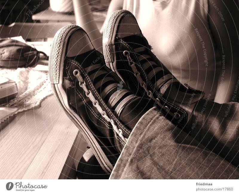 Lazy Birgit Schuhe Turnschuh Erholung Tisch Freizeit & Hobby Relaxing Fuß Füße hochlegen Chucks Tischkante Tischplatte