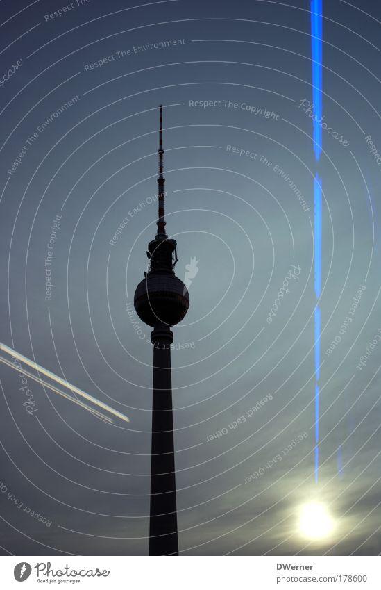 gestreifter Riese II schön Himmel Berlin Freiheit Gebäude Architektur hoch stehen Fernsehen Turm Nachthimmel Unendlichkeit leuchten Bauwerk Leuchtturm
