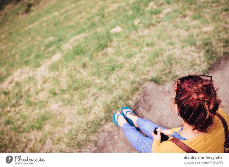 Wartend. Zufriedenheit Erholung ruhig Sommer feminin Frau Erwachsene 1 Mensch Blick sitzen warten natürlich Gelassenheit geduldig Langeweile Traurigkeit