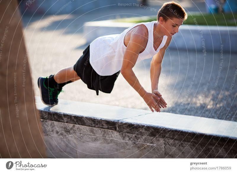 Mensch Jugendliche Stadt Hand Junger Mann Einsamkeit Erwachsene Straße Lifestyle Sport Stein 13-18 Jahre Körper Kraft Aktion Fitness