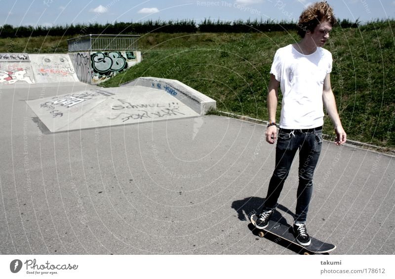 Skateboarding Mensch Jugendliche Erwachsene Wiese Sport Beton maskulin Coolness fahren T-Shirt Jeanshose Schwimmbad 18-30 Jahre sportlich Locken