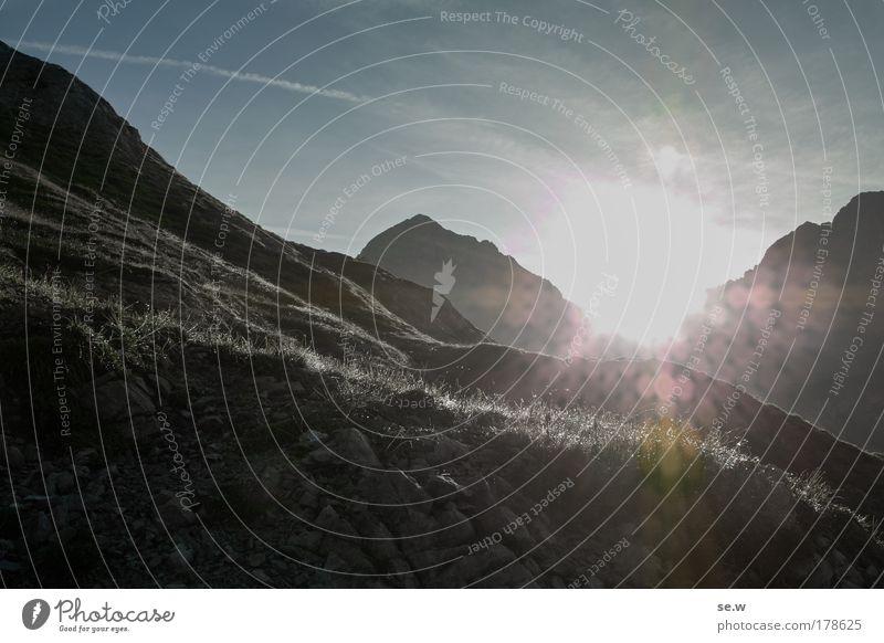 Über allen Gipfeln ist Ruh' Farbfoto Außenaufnahme Menschenleer Textfreiraum unten Silhouette Sonnenstrahlen Sonnenaufgang Sonnenuntergang Gegenlicht
