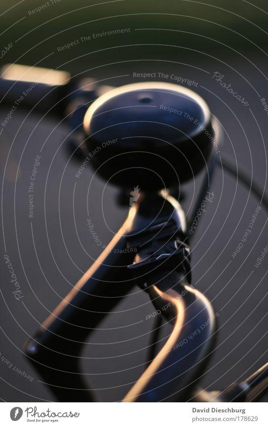 Große Klingel, kleiner... schwarz Linie Fahrrad rund Tiefenschärfe Fahrzeug Bildausschnitt Bogen Umrisslinie Verkehrsmittel Fahrradklingel Fahrradlenker