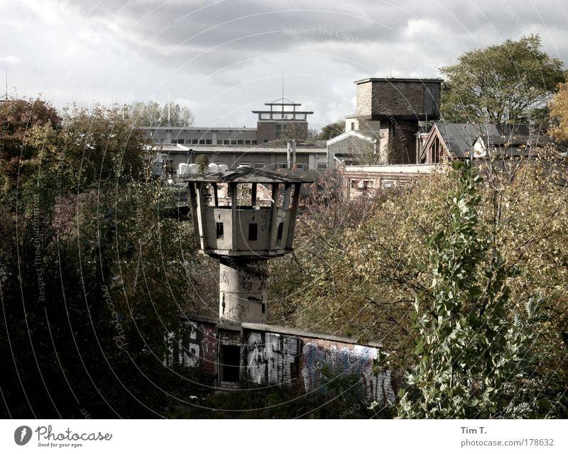 Grenze ? Stadt Haus Wandel & Veränderung Turm Vergänglichkeit geheimnisvoll Vergangenheit Verbote Hauptstadt Stadtrand