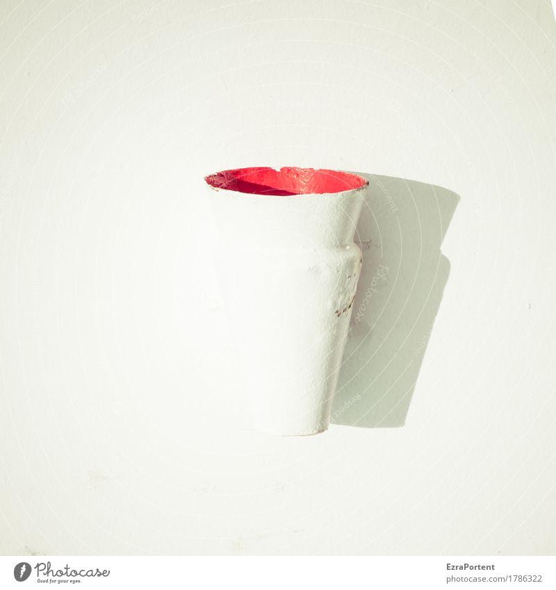 Füllhorn Metall hell rot weiß Signal Signalanlage Sirene Hupe Behälter u. Gefäße strahlend Überstrahlung Wand Alarm Farbfoto Außenaufnahme Tag Licht Schatten