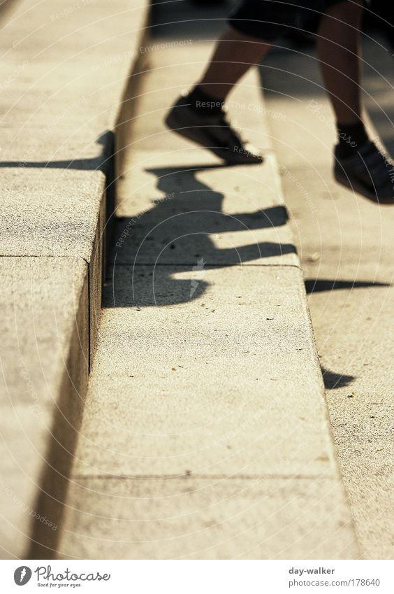 Trittsicher Mensch Kind gelb Junge Fuß Schuhe Beine braun gehen laufen Treppe Platz Hose