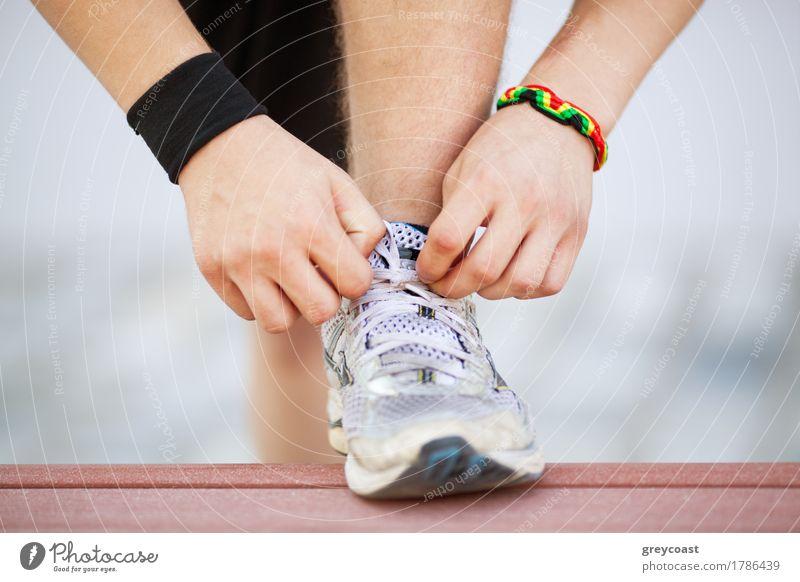 Bereit für das Training Jugendliche Hand Junger Mann Lifestyle Sport Fuß Schuhe Fitness Bank rennen Spitze horizontal Turnschuh Krawatte Läufer Joggen
