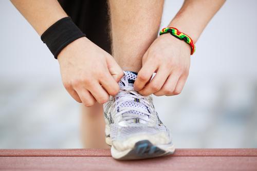 Bereit für das Training Lifestyle Sport Joggen Junger Mann Jugendliche Hand Fuß Krawatte Schuhe Turnschuh rennen Fitness Spitze üben vorbereiten Laufschuhe