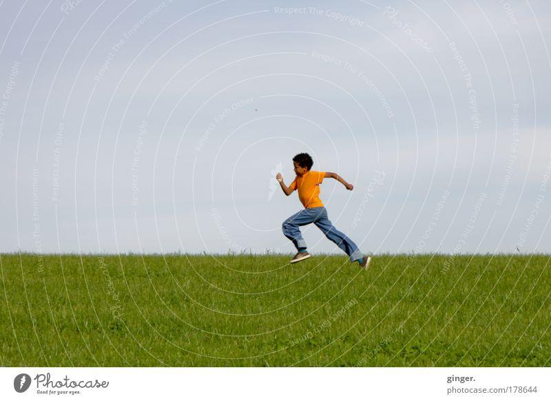 Auf halber Strecke, fast... Mensch Kind Himmel Natur grün Landschaft Wiese Junge Gras Kindheit Freizeit & Hobby laufen maskulin Geschwindigkeit Laufsport Schönes Wetter