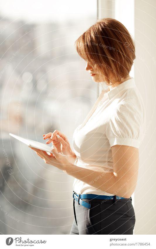 weiß Hand Erwachsene Lifestyle Stil Business Büro elegant stehen Hose Model Hemd Anzug selbstbewußt Dame Mitarbeiter
