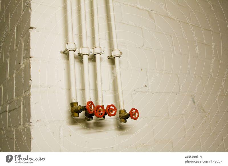 Vier Wand Mauer Energie Energiewirtschaft 4 Heizkörper Leitung Kran Heizung Rohrleitung Pipeline Textfreiraum Keller Wasserhahn Wasserrohr Installationen