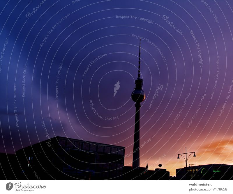 La Fernsehturm 2009 Farbfoto mehrfarbig Außenaufnahme Abend Dämmerung Berlin Hauptstadt Turm Endzeitstimmung skurril Stadt Unwetter Berliner Fernsehturm