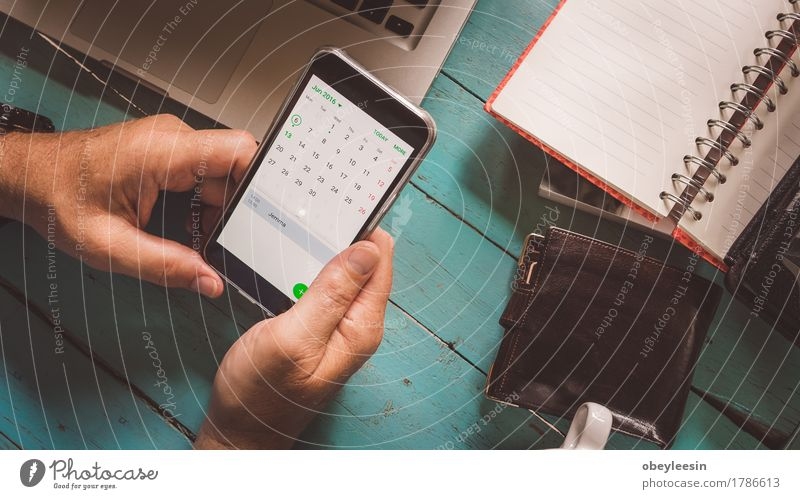 Telefonkalender überprüfen Lifestyle Beruf Büro Telekommunikation Unternehmen sprechen Handy Mensch Senior 1 60 und älter Internet E-Mail Bildung Business Geld