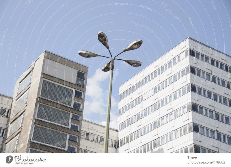 Komplex Haus Einsamkeit Fenster Gebäude Architektur Hochhaus Fassade Wandel & Veränderung Vergänglichkeit Verfall Straßenbeleuchtung Hauptstadt Plattenbau