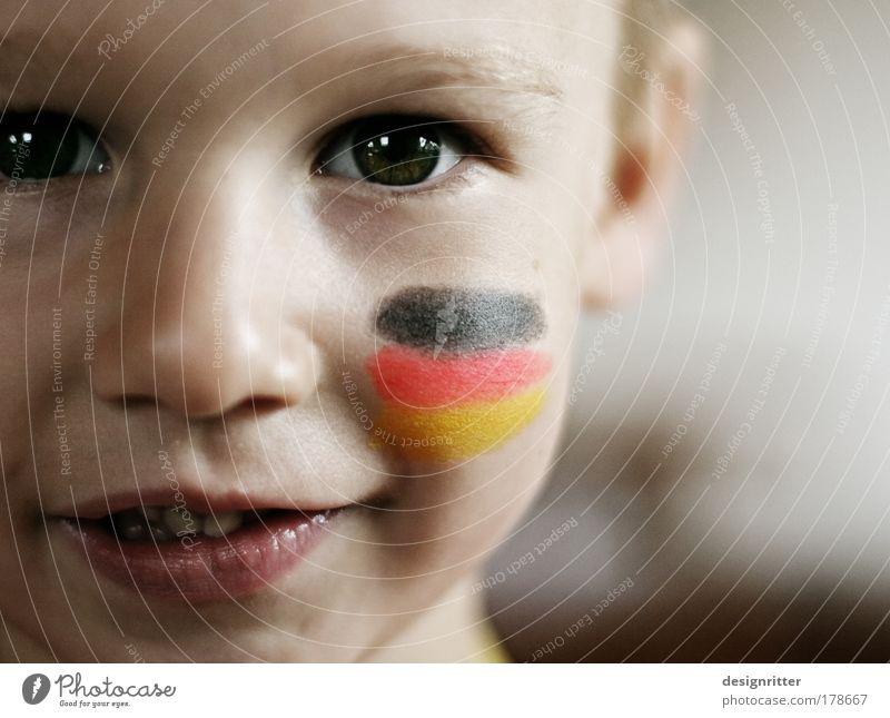 Du bist Deutschland Farbfoto Gedeckte Farben Nahaufnahme Textfreiraum rechts Schwache Tiefenschärfe Porträt Blick in die Kamera Kind Junge Kindheit Gesicht Auge