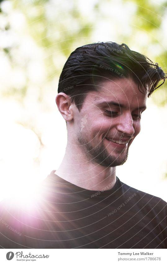 Lächelnder junger Mann in Sun-Strahlen Mensch Sonne Freude Gesicht Erwachsene sprechen Lifestyle Glück Garten Kopf Freundschaft genießen lernen Schönes Wetter