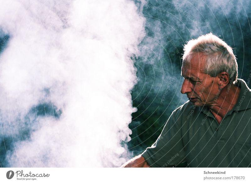 Paps der Grillmeister! Mensch Mann Natur alt Freude ruhig Erwachsene Kopf Glück Wärme Brand maskulin ästhetisch Feuer beobachten Idylle