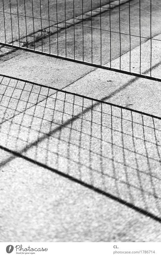 zaun Baustelle Verkehrswege Straße Boden Zaun Bauzaun Barriere Linie eckig Ende Schutz Sicherheit stagnierend Wege & Pfade Schwarzweißfoto abstrakt Menschenleer