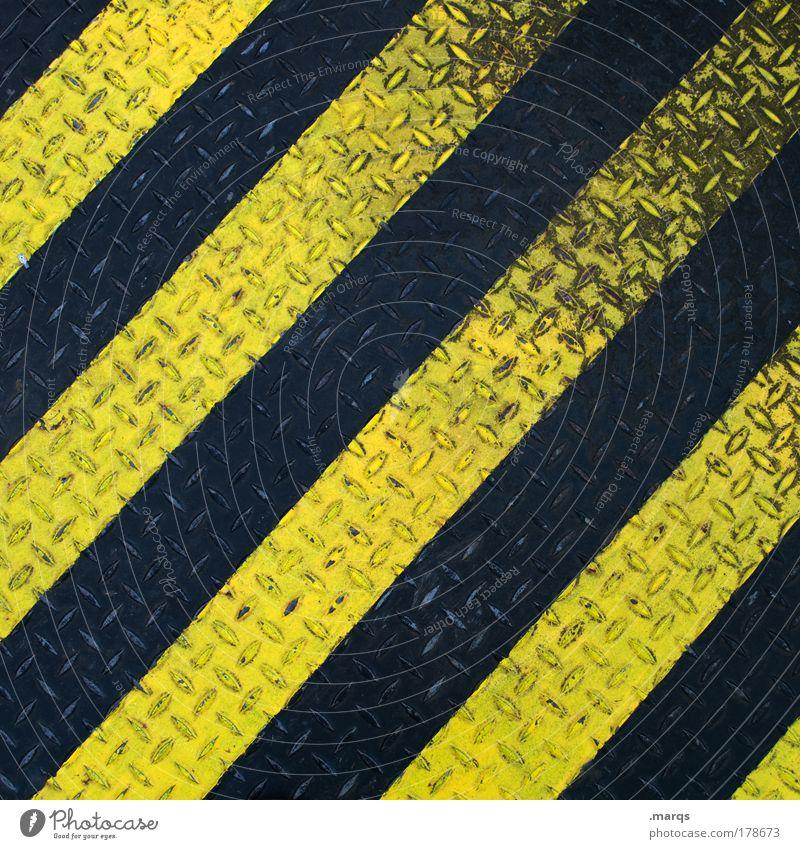 Schwarzgelb Farbfoto Detailaufnahme Muster Strukturen & Formen Blick nach unten Design Industrie Verkehr Metall Linie Streifen dreckig einfach schwarz