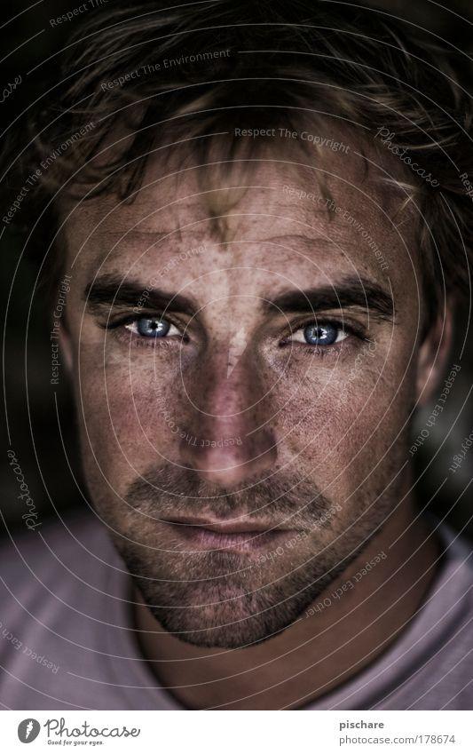 ... Auge Beleuchtung pischare Porträt Mann Gesicht Offenblende ernst Traurigkeit Blick in die Kamera Kontrast Schwache Tiefenschärfe Farbfoto Dreitagebart blond