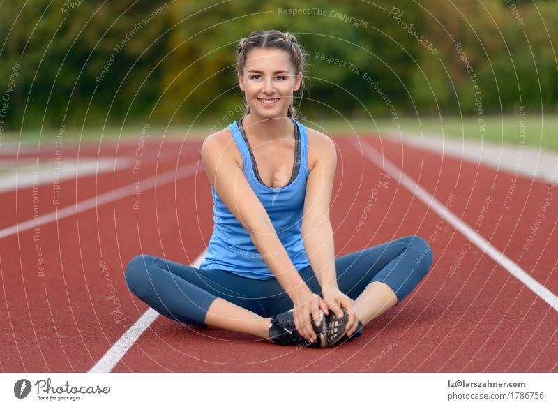 Junge Frau des glücklichen Sitzes, die Übungen ausdehnend tut Lifestyle Glück schön Gesicht Sommer Sport Erwachsene 1 Mensch 18-30 Jahre Jugendliche blond