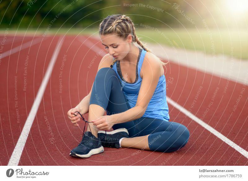 Sportliche junge Frau, die ihre Spitzee bindet Lifestyle schön Sommer Sonne Erwachsene 1 Mensch 18-30 Jahre Jugendliche Wärme Schuhe blond Fitness Lächeln