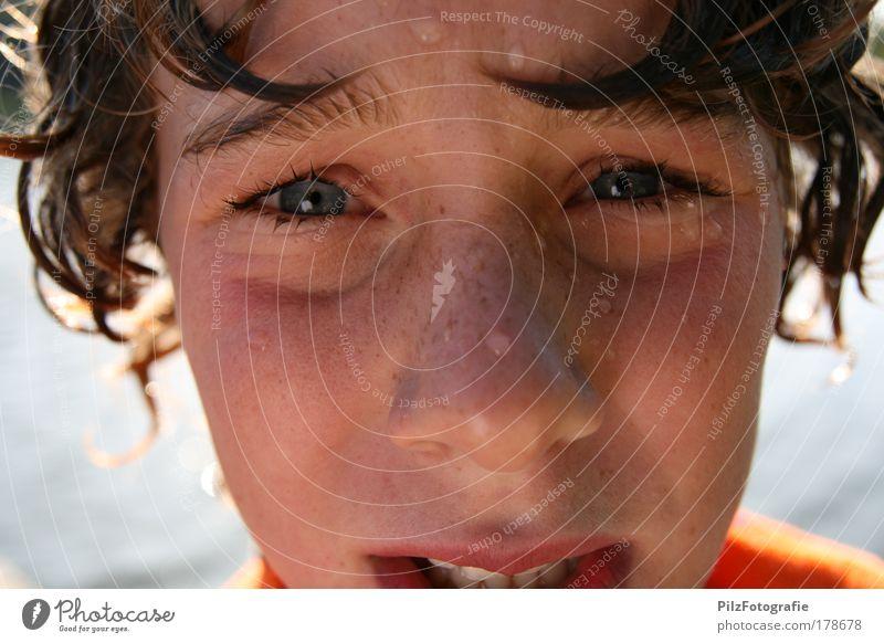 Drama Farbfoto Zentralperspektive Blick Blick in die Kamera maskulin Junge Haare & Frisuren Gesicht Mund Lippen Zähne 8-13 Jahre Kind Kindheit Wassertropfen