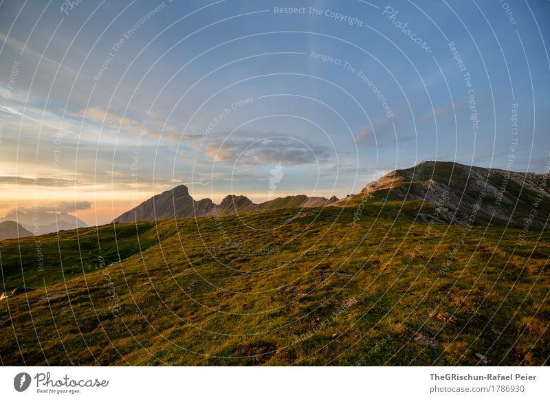 Gebirge Umwelt Natur Landschaft Schönes Wetter blau braun gelb gold Alpen Stimmung Außenaufnahme Bergen Wolken Lichtspiel Gras Farbfoto Menschenleer