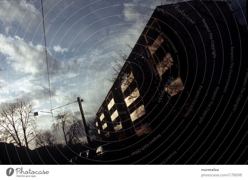 Heimfahrt in den Abend Baum Stadt ruhig Haus Straße Bewegung Gebäude Kunst glänzend Umwelt Hochhaus Verkehr Energiewirtschaft Zukunft fahren bedrohlich