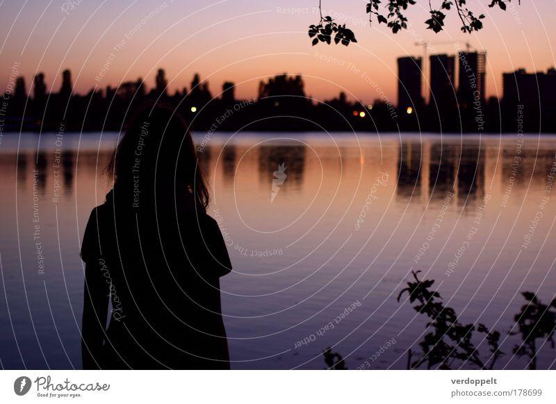 Mensch Stadt Sommer Ferien & Urlaub & Reisen Einsamkeit Farbe träumen Traurigkeit Park Gebäude Denken Stimmung warten Hochhaus Platz stehen