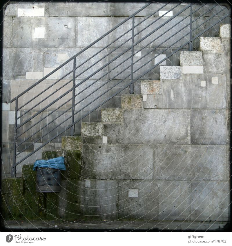wegwerfgesellschaft Farbfoto Außenaufnahme Menschenleer Textfreiraum rechts Textfreiraum unten Stadt Mauer Wand Treppe Treppengeländer Steinmauer dreckig blau