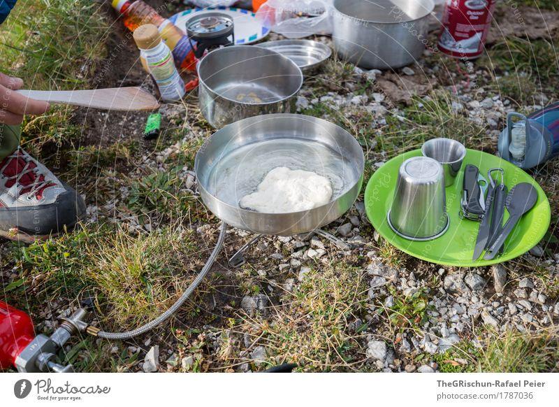 Morgenbrot Lebensmittel Ernährung Essen Frühstück grau grün silber Camping kochen & garen Außenaufnahme Teller Besteck Brot machen Wasserkocher Pfanne Löffel