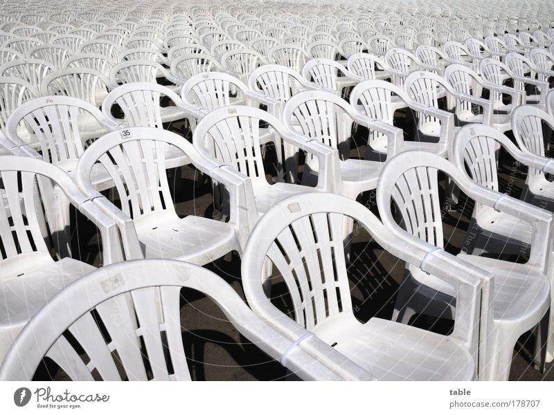 Plaste und Elaste . . . weiß warten leer Ordnung offen stehen Stuhl Unendlichkeit Veranstaltung Möbel Kunststoff Konzert Erwartung Wiederholung Sitzreihe
