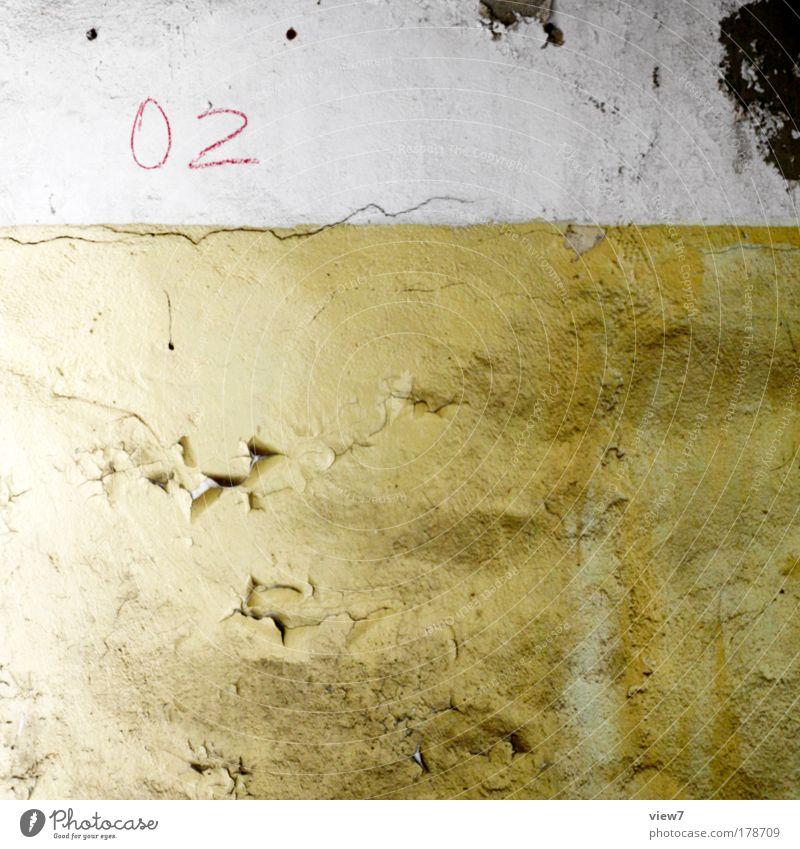 02 ruhig Haus gelb Farbe kalt Wand oben Stein Mauer dreckig Beton Fassade einfach Dekoration & Verzierung Ziffern & Zahlen Vergänglichkeit