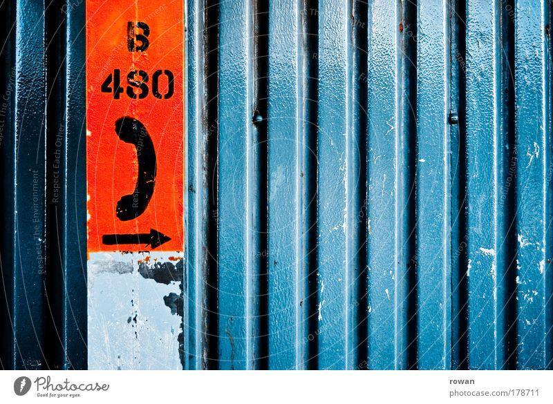 telefon da lang blau rot Wand Linie Metall Schriftzeichen Telekommunikation Telefon Ziffern & Zahlen Symbole & Metaphern Kontakt Pfeil Richtung Technik & Technologie Hinweis Telefongespräch