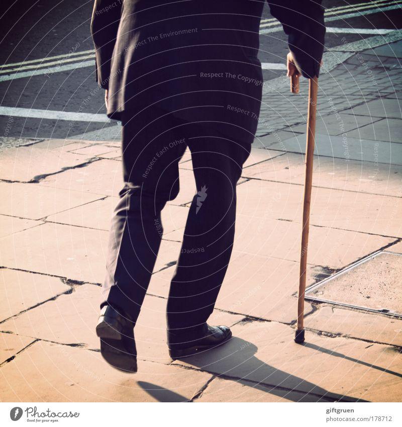 sauntering Mensch Mann alt Hand Erwachsene Straße Leben Senior Beine Fuß Schuhe gehen maskulin Spaziergang vorwärts Hose