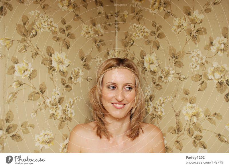 Nackt vor der Tapete Mensch Frau Jugendliche alt schön Erwachsene Gesicht feminin Wärme Gefühle Haare & Frisuren Innenarchitektur Raum Zufriedenheit außergewöhnlich elegant