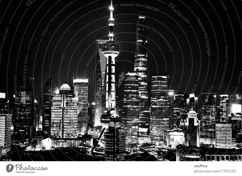 Rising high (Shanghai) Stadt Skyline überbevölkert Hochhaus Pu Dong China Wachstum Kapitalismus Langzeitbelichtung Nachtaufnahme Energie Licht Schwarzweißfoto