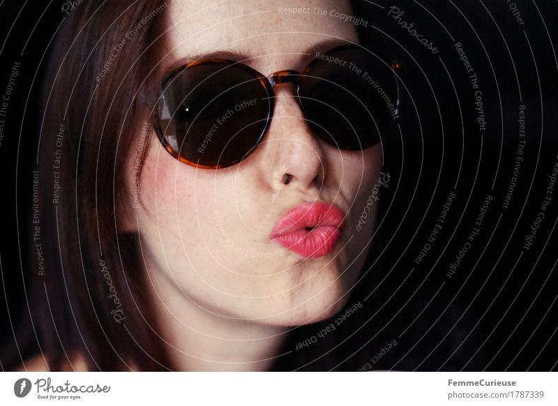 Kuss_1787339 Mensch Frau Jugendliche schön Junge Frau rot 18-30 Jahre schwarz Erwachsene Liebe lustig feminin Stil Glück braun elegant