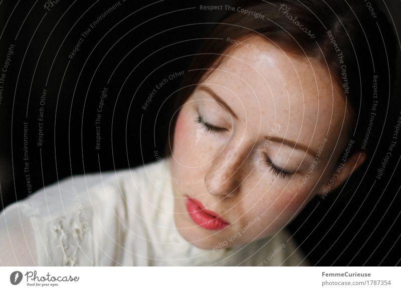 Zart_1787354 elegant Stil schön feminin Junge Frau Jugendliche Erwachsene Mensch 18-30 Jahre ruhig Denken verträumt Romantik geschminkt Bluse Kleid beige