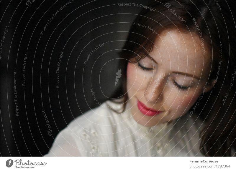 Ruhe_1787364 elegant schön feminin Junge Frau Jugendliche Erwachsene Mensch 18-30 Jahre Zufriedenheit Romantik verträumt Brautkleid Spitzenkleid Stickereien