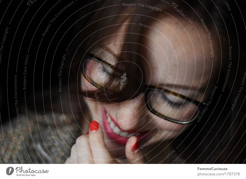 Glück_1787378 elegant Stil feminin Junge Frau Jugendliche Erwachsene Mensch 18-30 Jahre Zufriedenheit Lebensfreude Leichtigkeit Brillenträger Brillengestell
