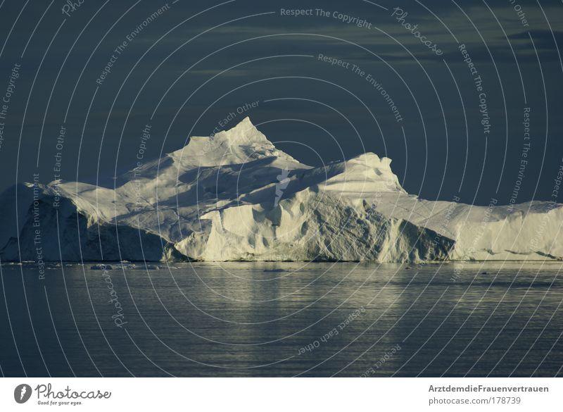 Eisberg in der Mitternachtssonne Farbfoto Außenaufnahme Menschenleer Dämmerung Licht Schatten Umwelt Natur Landschaft Wasser Sonne Klimawandel Schönes Wetter