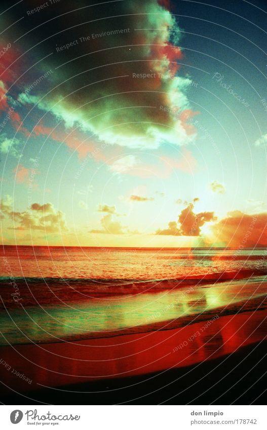 rotes meer Wasser Himmel Meer blau rot Sommer Strand Wolken Ferne Wellen Umwelt Horizont Sonnenaufgang analog Sonnenuntergang Surrealismus