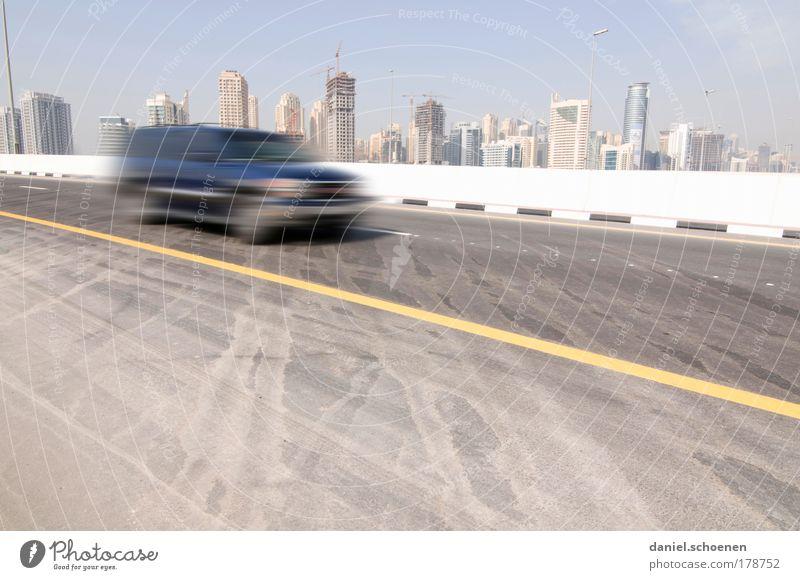 Dubai Textfreiraum unten Textfreiraum Mitte Tag Hochhaus Verkehr Straßenverkehr Autofahren PKW Beton Bewegung Geschwindigkeit Gesellschaft (Soziologie)