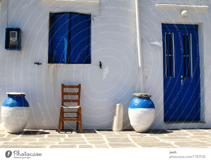 Sitzgelegenheit Topf Stuhl Griechenland Ägäis Kykladen Haus Mauer Wand Fassade Terrasse Fenster Tür sitzen blau weiß Farbfoto Außenaufnahme Menschenleer Tag