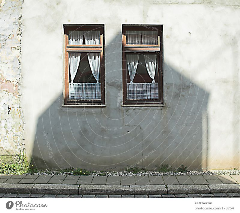 Aschersleben Fenster Fensterscheibe Scheibe Haus Wand Fassade Vorderseite Straße Kleinstadt Gardine stores puppenstube Paar paarweise nebeneinander Schatten