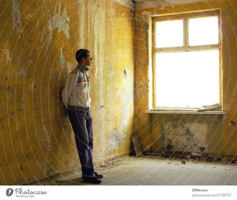 warten... II harmonisch Mensch maskulin Junger Mann Jugendliche 1 18-30 Jahre Erwachsene Ruine Gebäude Mauer Wand Fenster Jeanshose Jacke stehen träumen