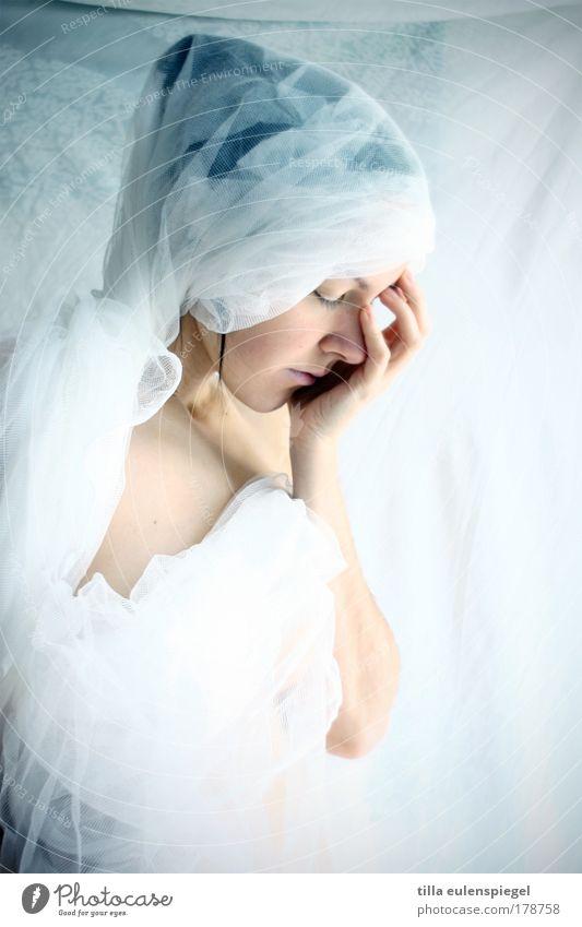schneeweiß Frau Mensch Jugendliche weiß Einsamkeit feminin träumen Traurigkeit Stimmung Kunst Erwachsene Trauer ästhetisch einzigartig Theaterschauspiel skurril